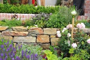 Retaining garden wall: contemporary design